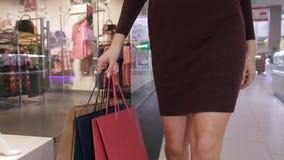 Primer del cuerpo femenino delgado que camina en alameda de compras metrajes