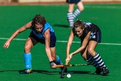 Primer del desafío de la bola de los palillos de las muchachas del hockey Fotografía de archivo