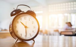 Primer del despertador retro con las diez en profesor de la tabla i Fotos de archivo