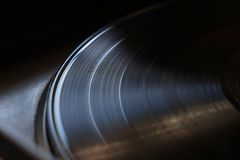 Primer del disco de vinilo en una placa giratoria Foto de archivo libre de regalías