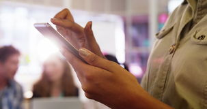 Primer del ejecutivo de operaciones de sexo femenino que usa la tableta digital metrajes