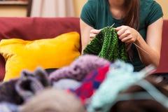 Primer del engranaje y de lanas que hacen punto Foto de archivo libre de regalías