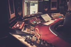 Primer del escritorio de control del estudio de grabación Fotografía de archivo libre de regalías