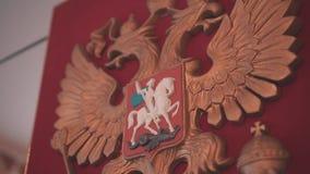 Primer del escudo de armas hermoso de la ciudad en la pared de la institución del estado La c?mara est? en el movimiento statehoo almacen de metraje de vídeo