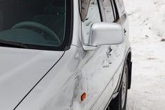 Primer del espejo izquierdo lateral con el repetidor de la señal de vuelta y la ventana de la plata de la carrocería en la calle  fotografía de archivo libre de regalías