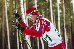 Primer del esquiador de la muchacha en bosque Fotos de archivo libres de regalías
