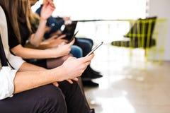 Primer del establecimiento de una red social de las manos mezcladas con el teléfono elegante móvil en concepto moderno de la tecn Fotos de archivo