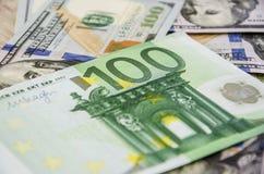 primer del euro 100 en fondo de los dólares imagen de archivo