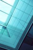 Primer del exterior del edificio residencial de cristal azul Imágenes de archivo libres de regalías