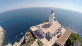 Primer del faro de Cala Rajada - vuelo aéreo, Mallorca almacen de metraje de vídeo