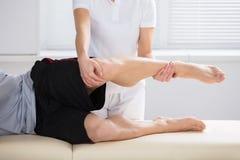 Primer del fisioterapeuta Giving Exercise fotografía de archivo