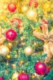 Primer del fondo de las decoraciones del árbol de navidad (imag filtrado Fotos de archivo libres de regalías