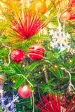 Primer del fondo de las decoraciones del árbol de navidad (imag filtrado Fotos de archivo