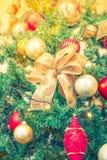 Primer del fondo de las decoraciones del árbol de navidad (imag filtrado Imagenes de archivo