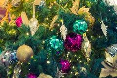 Primer del fondo de las decoraciones del árbol de navidad (imag filtrado Foto de archivo libre de regalías