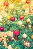 Primer del fondo de las decoraciones del árbol de navidad (imag filtrado Foto de archivo