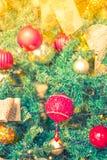 Primer del fondo de las decoraciones del árbol de navidad (imag filtrado Imagen de archivo libre de regalías
