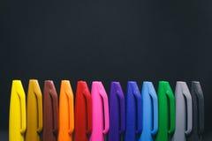 Primer del fondo negro coloreado de los againts de los marcadores foto de archivo libre de regalías