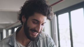 Primer del freelancer de sexo masculino que ríe en café almacen de metraje de vídeo