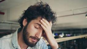 Primer del Freelancer Stressed que se sienta en café almacen de video
