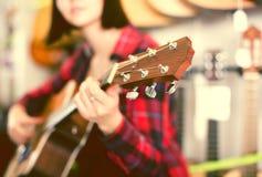 Primer del fretboard de madera de la guitarra foto de archivo libre de regalías