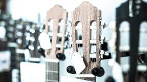 Primer del fretboard de madera de la guitarra fotografía de archivo