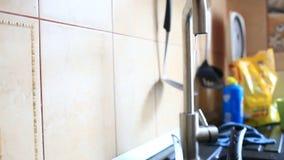 Primer del goteo del agua de un agua del grifo de la cocina que pierde concepto metrajes