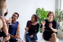 Primer del grupo de empresarios que tuestan los vidrios de champán en la oficina fotografía de archivo libre de regalías