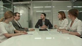 Primer del grupo de hombres de negocios que aplauden en almacen de metraje de vídeo