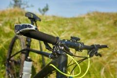 Primer del handlaber de la bicicleta de la montaña contra paisaje hermoso en la estación de verano Fotografía de archivo libre de regalías
