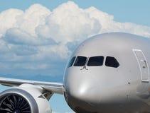 Primer del headshot del aeroplano con el backbround del cielo azul Fotos de archivo libres de regalías