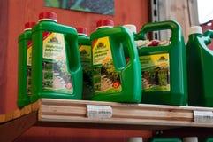 Primer del herbicida natural en estante en supermercado que cultiva un huerto fotografía de archivo libre de regalías