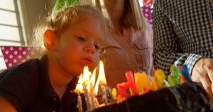 Primer del hijo que sopla hacia fuera las velas 4k del cumpleaños almacen de video