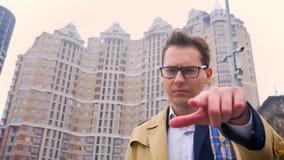 Primer del hombre caucásico confiado atractivo que señala el finger y que mira derecho la cámara con moderno metrajes