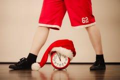 Primer del hombre con el despertador Tiempo de la Navidad Fotos de archivo