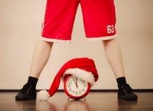 Primer del hombre con el despertador Tiempo de la Navidad Imágenes de archivo libres de regalías