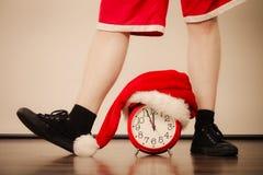Primer del hombre con el despertador Tiempo de la Navidad Foto de archivo libre de regalías