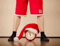 Primer del hombre con el despertador Tiempo de la Navidad Fotografía de archivo
