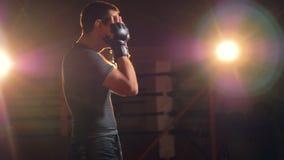 Primer del hombre confiado que va adelante a un ring de boxeo metrajes