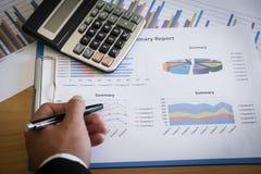 Primer del hombre de negocios Analyzing Graph imagenes de archivo