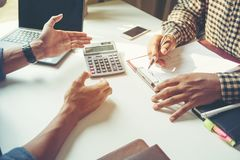 Primer del hombre de negocios que explica un plan financiero al colega imagenes de archivo