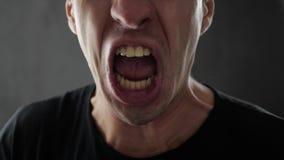 Primer del hombre enojado que grita y que amenaza violentamente con violencia almacen de metraje de vídeo