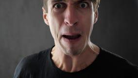 Primer del hombre enojado que grita y que amenaza violentamente con violencia almacen de video