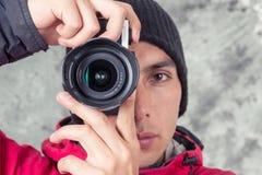 Primer del hombre hermoso joven que lleva la chaqueta roja Foto de archivo libre de regalías