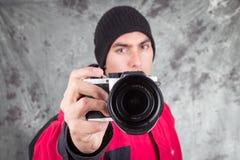 Primer del hombre hermoso joven que lleva la chaqueta roja Fotografía de archivo