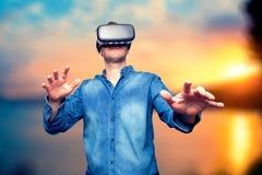 Primer del hombre joven barbudo que lleva gafas de la realidad virtual SM Imagen de archivo