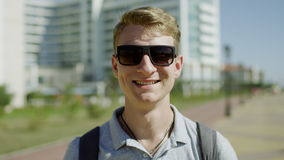 Primer del hombre joven feliz que sonríe extensamente almacen de metraje de vídeo