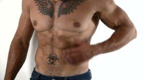 Primer del hombre muscular con las tetas al aire almacen de video