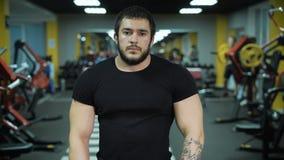 Primer del hombre musculoso en el gimnasio metrajes
