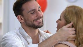 Primer del hombre que abraza blando a la mujer, relación de amor de la confianza, familia feliz metrajes